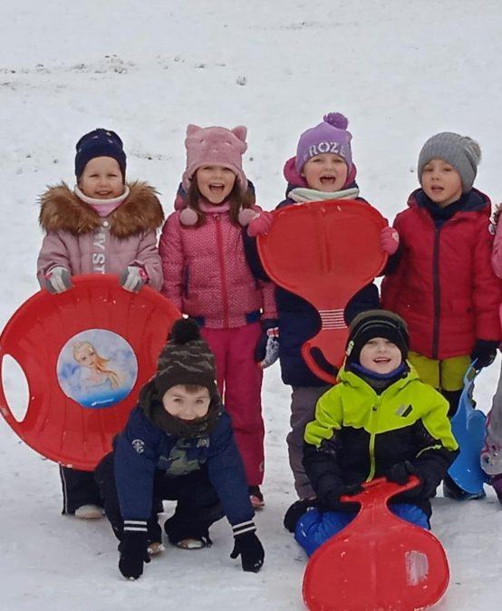 Zimowe zabawy Przedszkolaków na śniegu